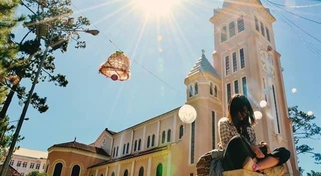 Nằm ngay trung tâm thành phố, gần Hồ Xuân Hương, nhà thờ Con Gà với lối kiến trúc Pháp mê hoặc lòng người.